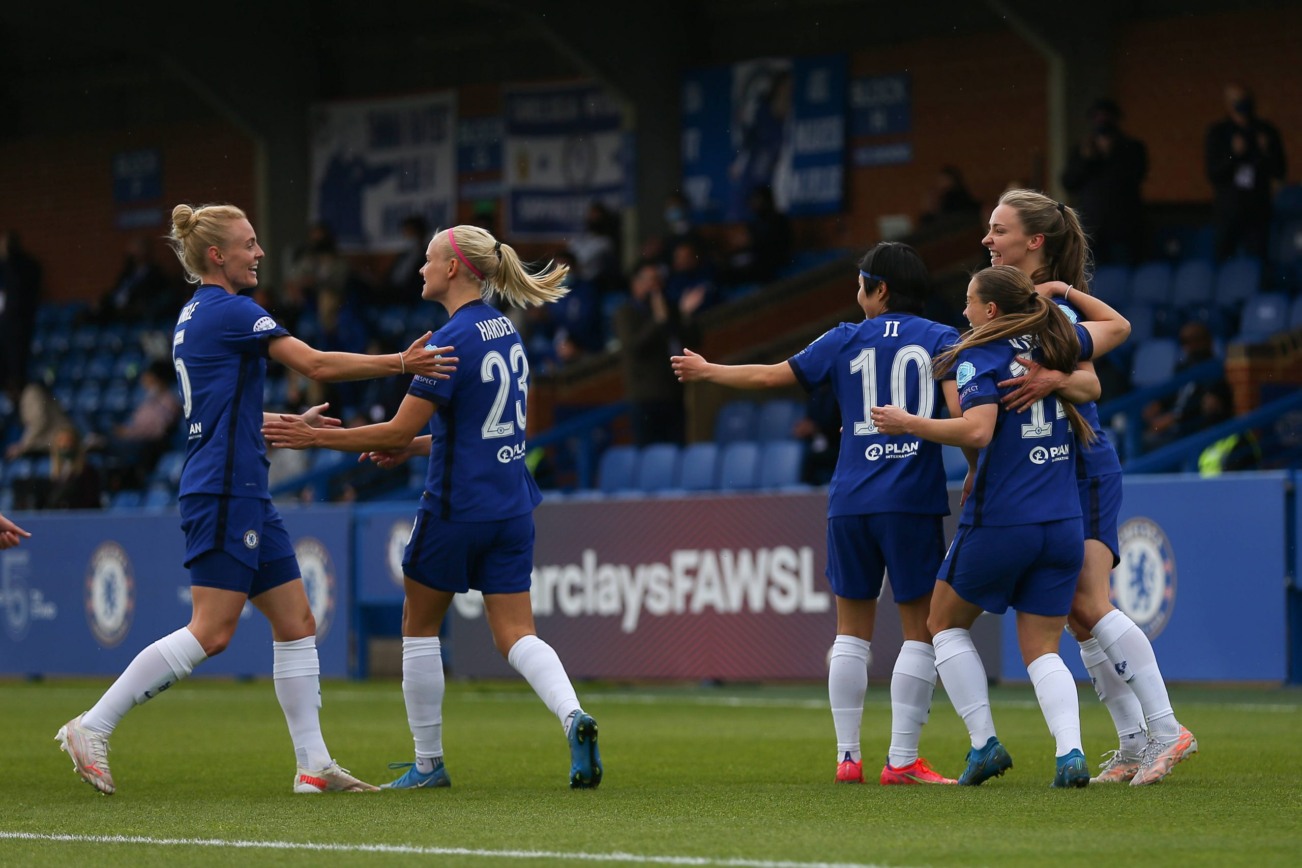 Chelsea Women celebrate beating Bayern Munich Ladies in the semi-final of the UEFA Champions League. (imago Images)